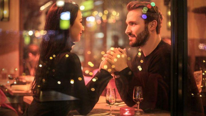Thuis je vriendin verrassen met wat romantiek